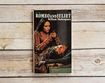 Romeo And Juliet William Shakespeare Play Montagues Capulets 1960s Movie Shakespeare Love Story Romantic Secret Marriage Star Crossed Lovers