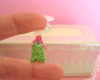 1 petit sachet de bonbons fermé par sa petite rose