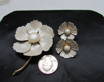 Vintage frosted pearly white metal and enamel flower power brooch and clip on earrings set demi