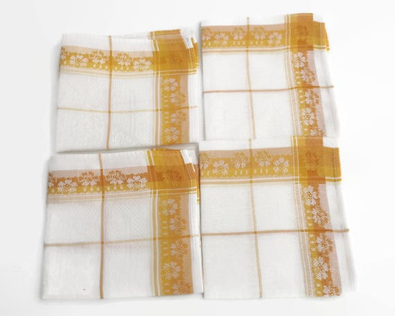 4 vintage gold and white damask linen napkins, 12 inches / 30.5 cm square, circa mid 20th century