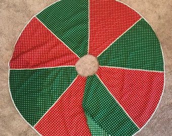 Vintage Farm Style Red and Green Christmas Tree Skirt Calico with Ric Rac Trim | Retro Hand Crafted Tree Skirt | Retro Christmas Tree Skirt