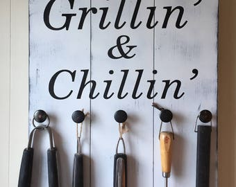 Grill Sign • BBQ Utensil Holder • Grillin' & Chillin' Sign • Summer Decor • Pallet Style sign • Gift for Dad or grandpa • Christmas Gift