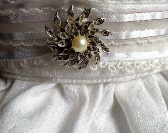 Vintage rhinestone and pearl accent brooch/stock pin. FREE shipping in the USA!
