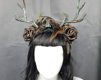 Peacock Deer Antlers headpiece with catskull (resin) and roses in patina/bronze colour, Rehgeweih headdress with a Katzenschädel & feathers