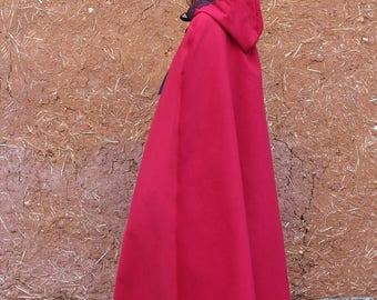 Cape longue rouge avec capuche bordée de dentelle noire ou galon style médiévale féerique   Cape Diem