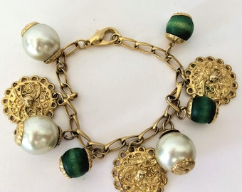 Charm bracelet vintage 80 s pearls and pieces-Green wooden balls-curb chain Clasp carbine.