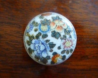 Antique Satsuma porcelain (dia.26mm) antique button depicting flowers.