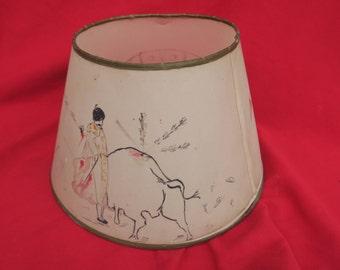 ancien Abat-jour ancien illustré d'une scène de tauromachie, former lampshade illustrated with a bullfighting scene, antigua escena taurina