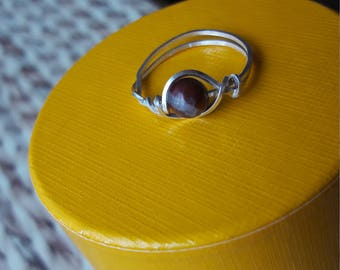 925 sterling silver square wire ring. With unusual red poppy jasper bead. UK SIZE R. Perfect present. Gorgeous colour!