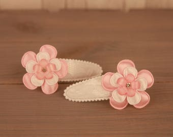 Her pin Tea Party white with lace and 2 pink/white flower and a glitter bit for children