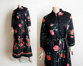 Vintage Rose Robe - 1970s Quilted Black Lounge Robe with Hot Pink and Red Rose Bouquet Print - Zip Front - Medium