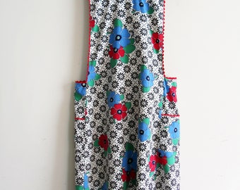 Vintage Full Feedsack Apron With Ric Rac and Large Pockets