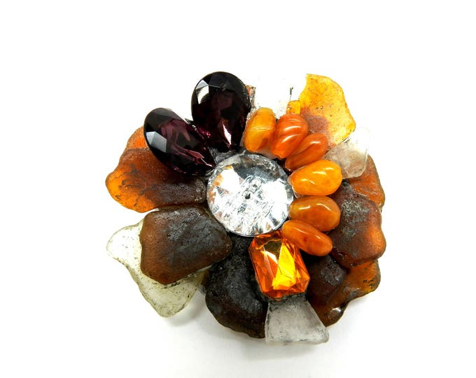 This extra large brooch flower is the perfect way to light up your unique winter look!
