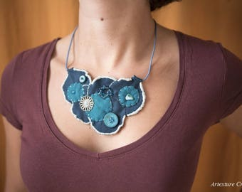 Bib necklace round teal and turquoise felt 10