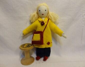 Petite poupée chiffon, jouet textile fait main, poupée habillée, poupée aux couettes, poupée vêtements.