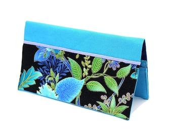 Porte chéquier en coton bleu turquoise et tissu noir à fleurs bleues