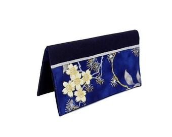 Porte chéquier en coton bleu marine et tissu japonais bleu à fleurs blanches