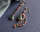 Boucles d'oreilles asymétriques ethniques - laiton - agate verte / multicolore
