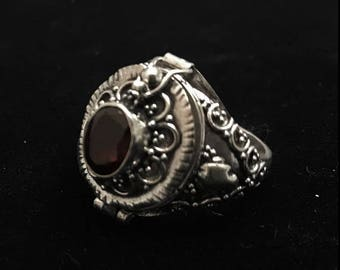 Vintage garnet & sterling silver poison ring - compartment ring - Bali style- size 6