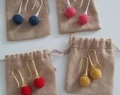 Boucles d'oreilles minimalistes perle au crochet, idée cadeau femme ou jeune fille, bijoux perle crocheté couleurs au choix, boucles crochet