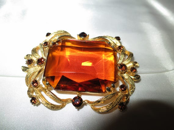 Vintage goldtone large faceted amber glass and diamante brooch