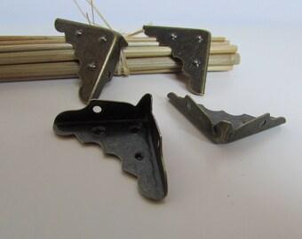 4 coin de protection pour meuble en métal couleur bronze - 3 x 1 cm de côté -  29.38