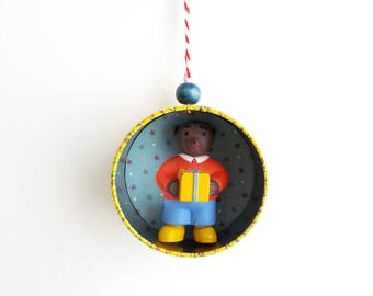 "Christmas ornament ""little bear and his gift"" - Christmas tree Decoration - Upcycling Tea Caddy"