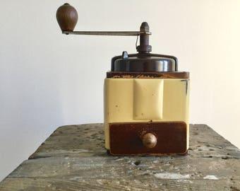 Ancien moulin à café Peugeot Frères, couleur crème, métal et bois, coffee grinder, French vintage