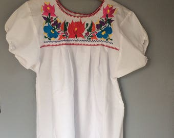 vintage Mexican top, white, with embroidered flowers, boho style, ethnic top, hippie shirt, label medium