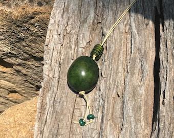Collier en ivoire végétal vert et cordon de coton enduit grège