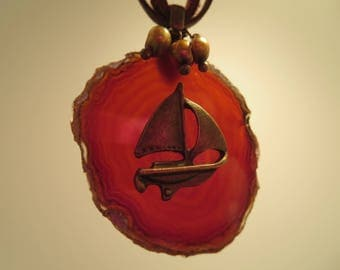"""necklace """"The sailboat"""" on a slice of agate"""