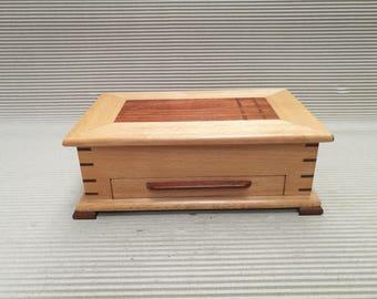 caja joyero con cajón inferior.
