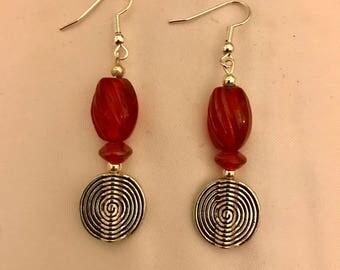 Silver Spiral et le Rouge Dangle Earrings