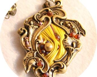 Collier Art nouveau médaillon Lys en soie shibori et laiton bronze,collier textile en soie jaune et rose, collier bronze soie et cristal