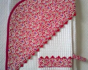 Sortie de bain,cape de bain,bébé fille ,coton imprimé de petites fleurs rouges ,éponge nid d'abeille blanche et gant de toilette assorti .