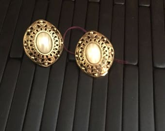 Vintage Avon Gold tone Earrings with Faux Pearl/ vintage jewelry