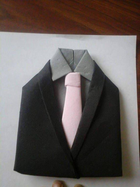 Pliage de serviettes en forme de costume noir gris rose - Pliage serviette costume ...