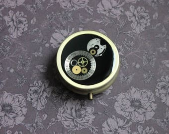 Pill box or small box round, 3 compartments, resin and watch parts Steampunk