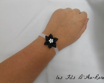 Bracelet in white satin with black satin flower
