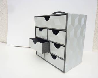 coffret de rangement à sept tiroirs de dimensions différentes