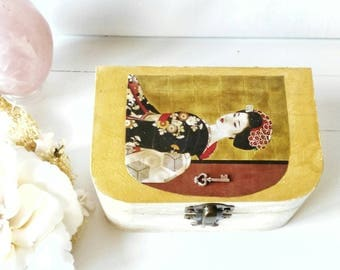 Japanese style wooden box. Wooden box japanese style. Decoupage technique. Jeweler. Hand painted. White / Gold. Key.