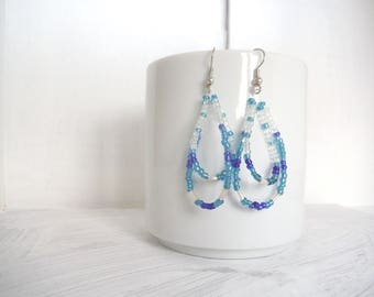 tear drop earrings with seed beads in shades of blue and transparent/earrings