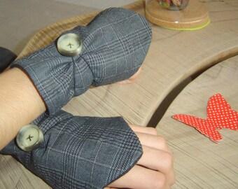 Plaid fleece and gray fingerless gloves black