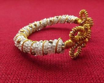 Butterfly bracelet in pearls and gold thread for nice occasion