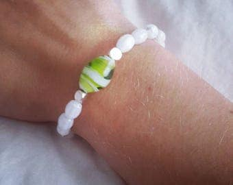 Stretchy bracelet with green glass bead accent