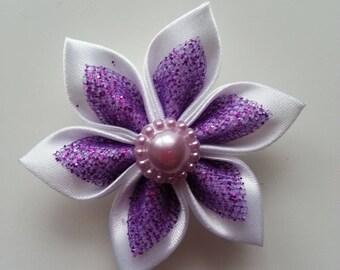 5 cm fleur de satin blanche et violette a paillettes  petales pointus