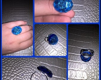 Adjustable size ring with oval shape and beveled on the edges blue translucent resin