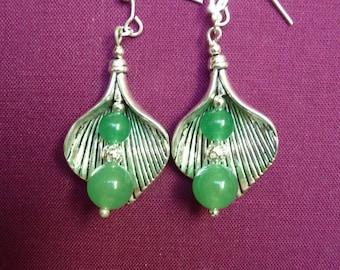 Earrings, two jade beads with a silver metal leaf. Boucles d'oreille: jolie feuille en metal argente,2 perles jade verte