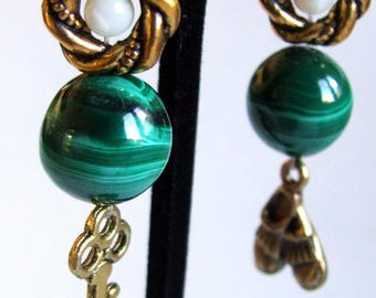 Earrings dissociated golden green malachite and mother of Pearl booties and key