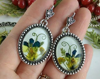 Earrings with pea tendrils and flowers